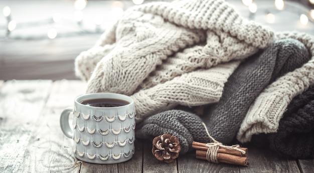 Nature morte confortable avec une tasse de thé