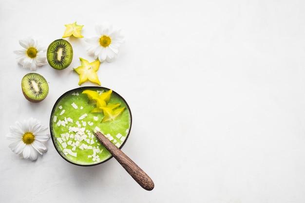 Nature morte de délicieux smoothie au kiwi