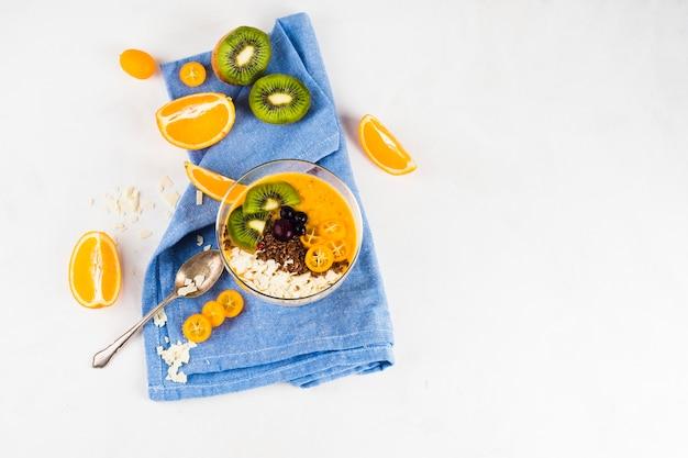 Nature morte de délicieux smoothie à l'orange