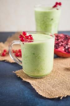 Nature morte de délicieux smoothie vert