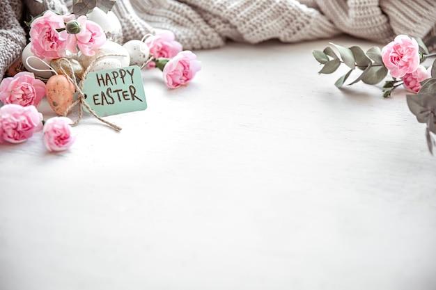 Nature morte avec détails du décor festif de pâques et inscription joyeuses pâques sur la carte postale.