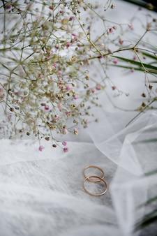 Nature morte deux alliances mariage veil plantes