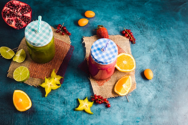 Nature morte de deux smoothies sains