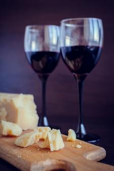 Nature morte de deux verres à vin et parmesan