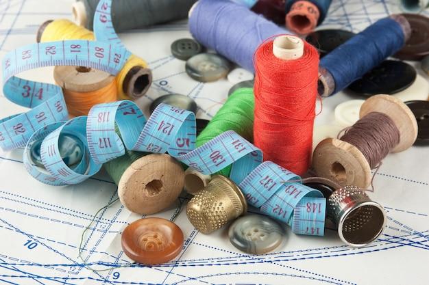 Nature morte divers accessoires de couture dans le schéma