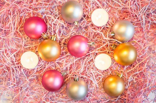 Nature morte du nouvel an, sur laquelle sont placés le papier multicolore décoratif et les décorations en sapin de noël.