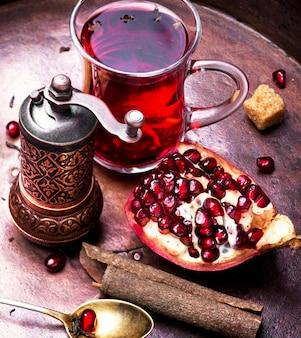 Nature morte avec du thé à la grenade.