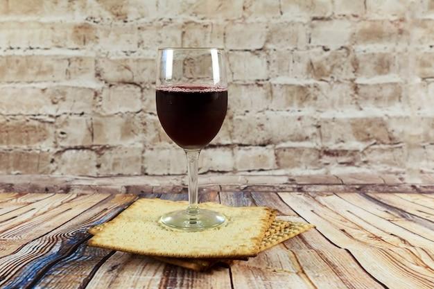 Nature morte avec du vin et du pain azyme de pâque juif au matzoh
