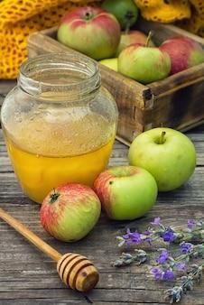 Nature morte estivale aux pommes et au miel