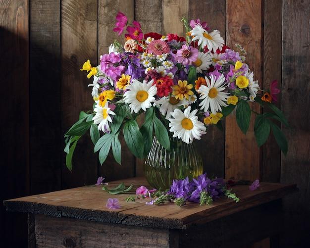 Nature morte estivale avec un bouquet de fleurs de jardin de style rustique.