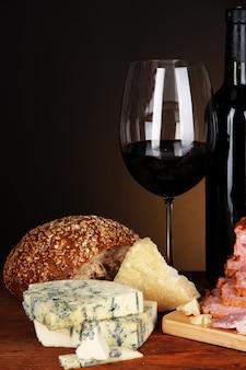 Nature morte exquise de vins, fromages et produits carnés