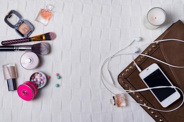 Nature morte de femme fashion, objets sur blanc
