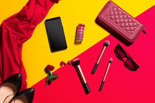 Nature morte de femme de mode, objets sur table jaune et rouge