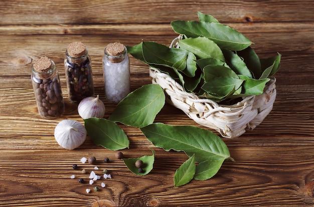 Nature morte. feuille de laurier, ail, poivre et sel. épices.