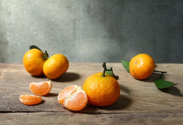 Nature morte avec fruites orange sur table en bois avec espace grunge