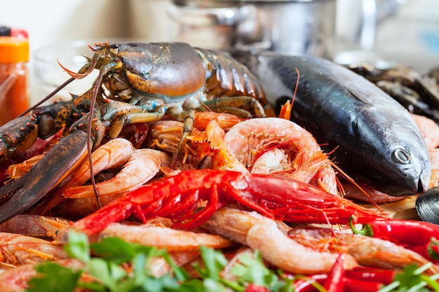 Nature morte avec des fruits de mer non cuits