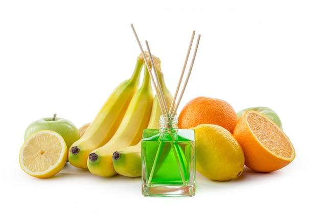 Nature morte de fruits tropicaux, d'huiles essentielles et de diffuseur d'arômes.