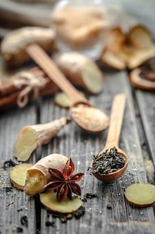 Nature morte avec un gingembre et citron avec du sucre sur fond de bois