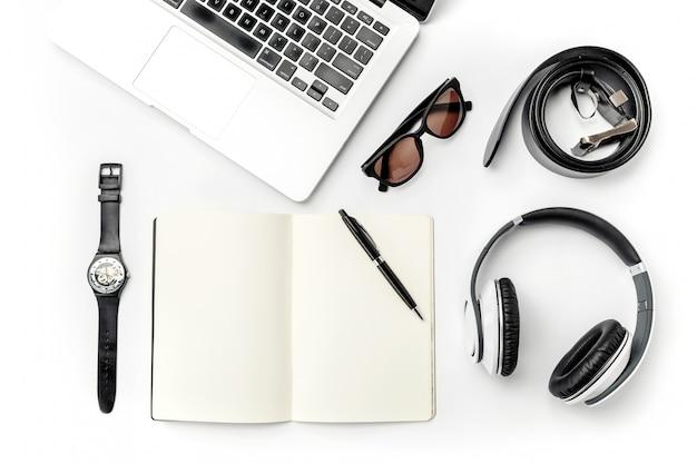 Nature morte d'homme casual. accessoires masculins modernes et ordinateur portable sur blanc