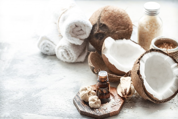 Nature morte avec de l'huile de noix de coco dans une bouteille et de la noix de coco fraîche