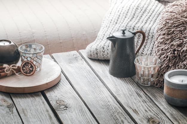 Nature morte de l'intérieur de la maison sur un fond en bois avec une bougie