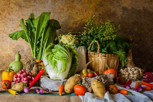 Nature morte légumes, herbes et fruits.
