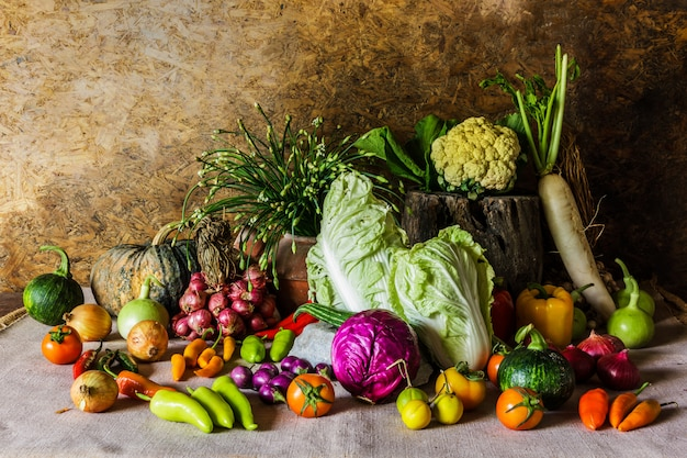 Nature morte légumes, herbes et fruits.