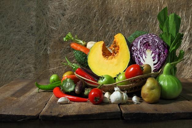 Nature morte de légumes récoltés agricoles sur l'espace en bois