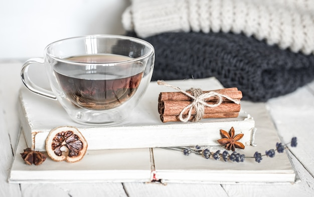 Nature morte avec un livre et du thé