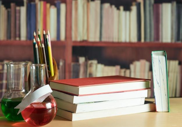Nature morte avec des livres, des crayons, une tablette