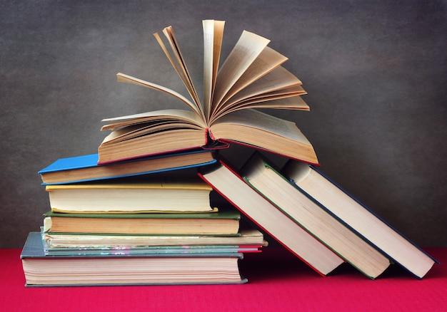 Nature morte avec des livres sur la table