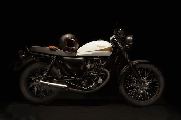 Nature morte d'une moto de style café racer