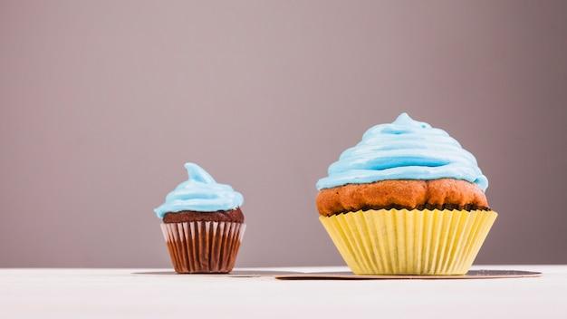 Nature morte avec muffin anniversaire
