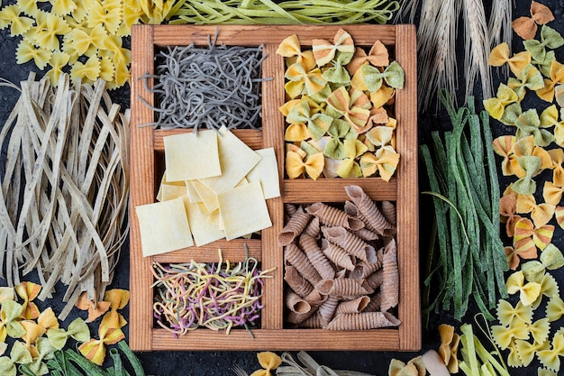 Nature morte avec de nombreux types de pâtes faites maison
