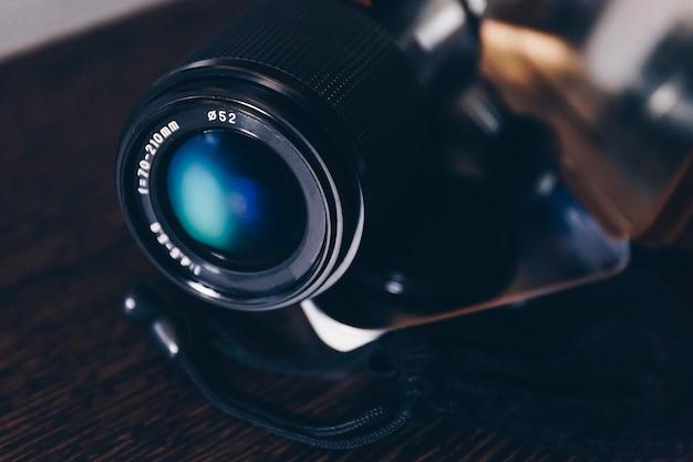 Nature morte d'un objectif de caméra avec dégradé bleu