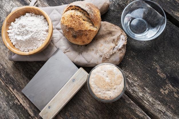 Nature morte de pain au levain et ingrédients