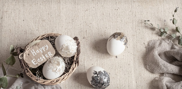 Nature Morte De Pâques Avec Des œufs Dans Un Panier En Osier. Joyeuses Pâques. Photo Premium
