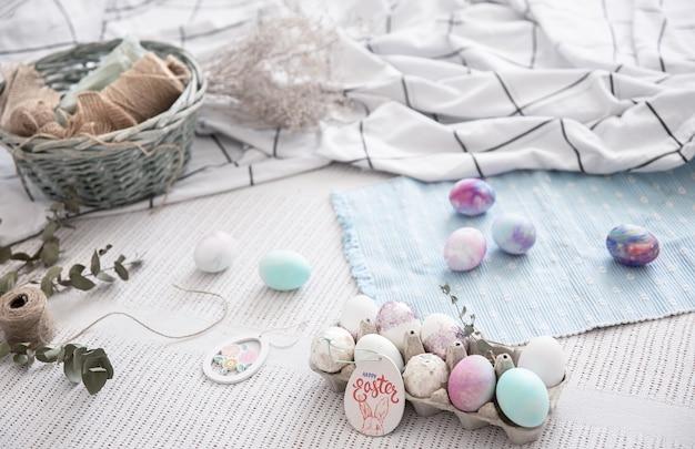 Nature morte de pâques avec un plateau d'oeufs de fête et d'éléments décoratifs