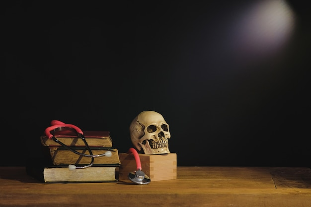 Nature morte peinture photographie avec crâne humain sur le livre de texte.