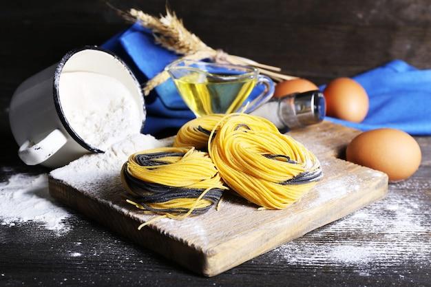 Nature morte de la préparation de pâtes sur bois rustique