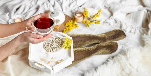 Nature morte de printemps avec une tasse de thé et de fleurs