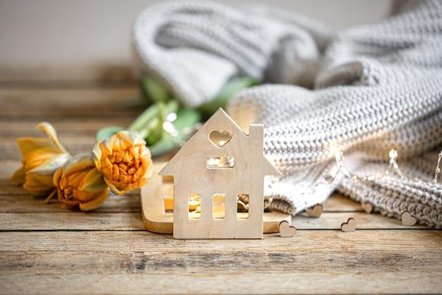 Nature morte romantique faite maison avec des détails de décoration et élément tricoté sur fond flou avec bokeh.