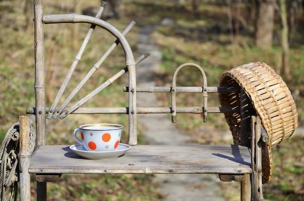 Nature morte rustique avec une tasse de thé et un chapeau de paille