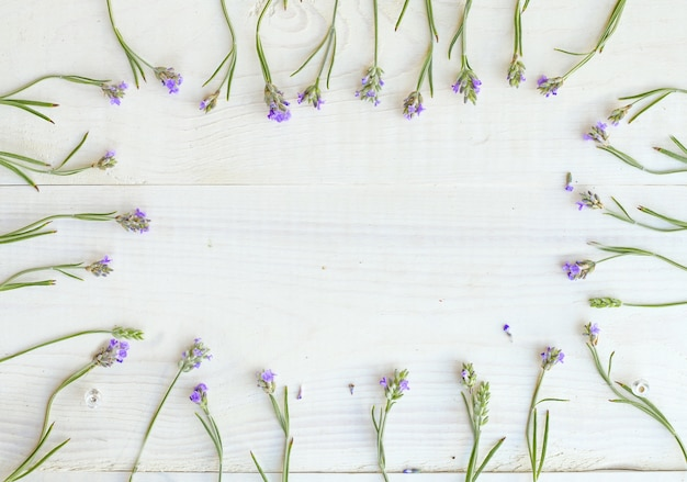 Nature morte sur une table en bois clair.