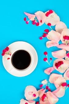 Nature morte avec tasse de café et fleurs. beau concept de matin