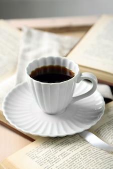 Nature morte avec tasse de café et livres, gros plan