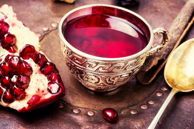Nature morte avec thé turc à la grenade.