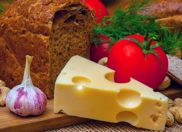 Nature morte végétarienne. fromage, ail et tomates.