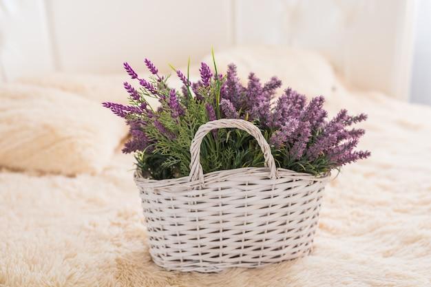 Nature morte vintage classique avec des fleurs artificielles.