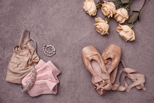 Nature morte vintage avec des roses et des ballerines